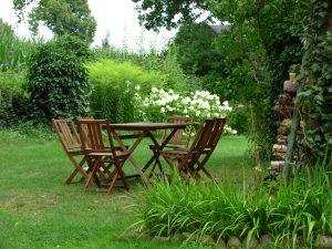 Sitzgruppe im Garten der Pension Weidenbaum und Wildhecke