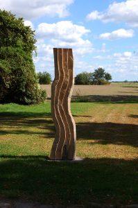 Die Stele steht an der Einfahrt von Weidenbaum & Wildhecke